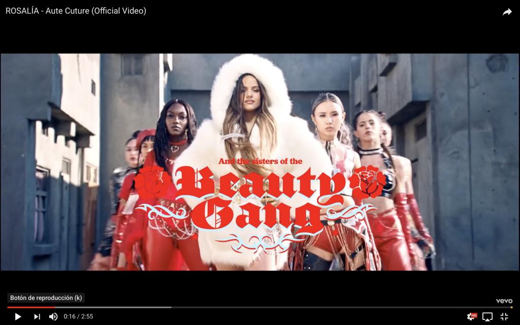 Captura del videoclip de Rosalía en el que se presenta la artista con su equipo de bailarinas, con una tipografía gótica rodeada de motivos tribales.