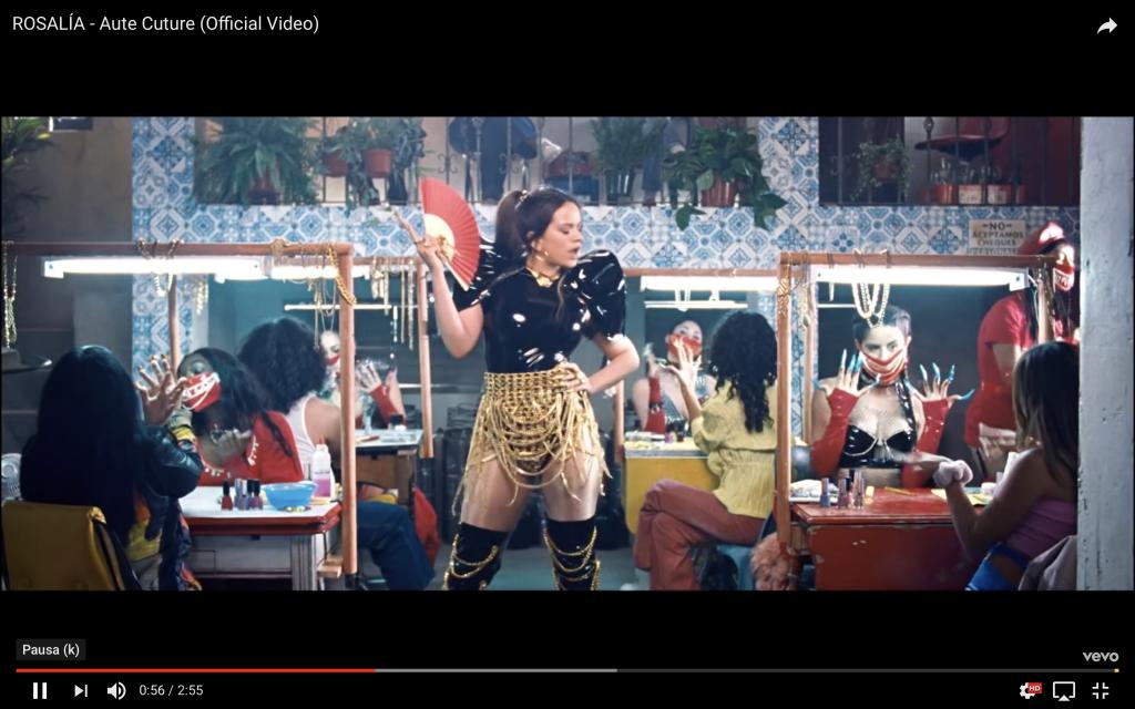 Captura de vídeo de Rosalía en la que aparece como jefa de un salón de manicura excéntrico.