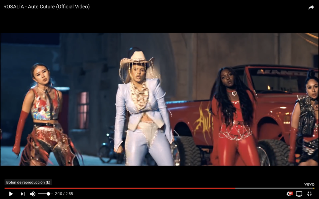 Captura del vídeo de Rosalía en el que aparece con estética cowboy.
