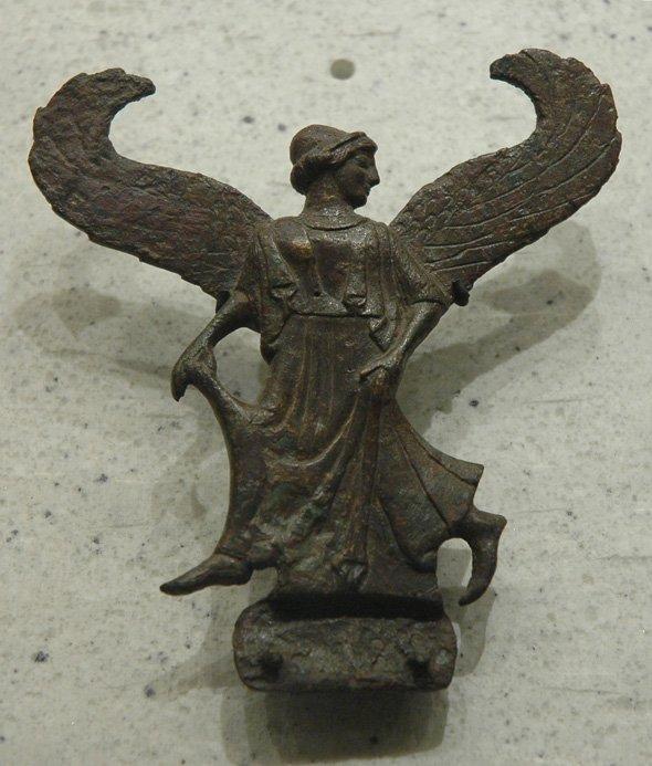 Imagen del xoanón de bronce dedicado a Atenea.