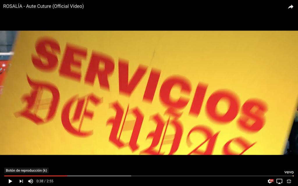 Captura del vídeo de Rosalía en el que aparecen mezcladas las tipografías gótica y Helvética.