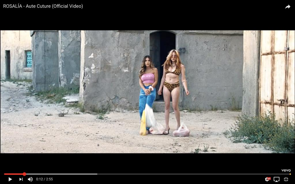 Captura del vídeo de Rosalía en el que aparecen dos mujeres con con bolsas de la compra en un espacio abandonado.