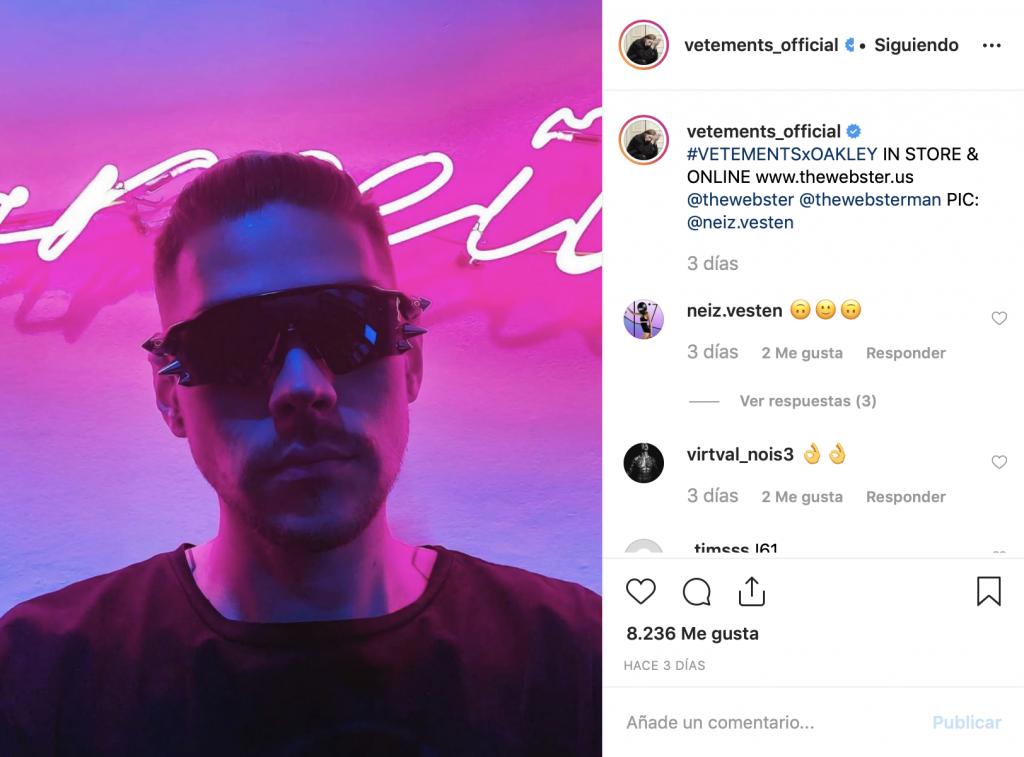 Captura del instagram de Vetements en el que aparece un hombre con unas gafas futuristas con tachuelas  puntiagudas en los laterales.